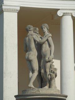 FOTKA - Sousoší zobrazuje trio antických bohyní: Athénu, Afroditu a Artemis
