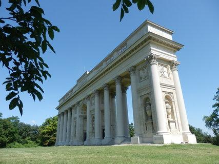 FOTKA - Rajsna nad Valticemi - vyhlídkový objekt, jedna z romantických staveb lednicko-valtického areálu. Má podobu kolonády zdobené sochami a reliéfy.