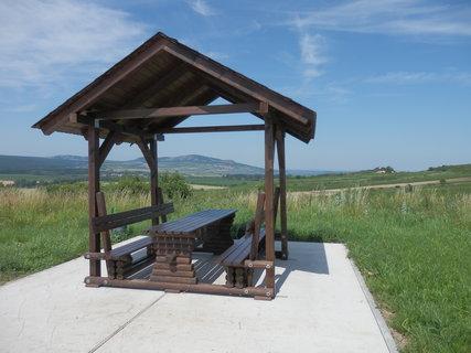 FOTKA - nové turistické odpočívadlo na úbočí Přítlucké hory a v dáli Pálava