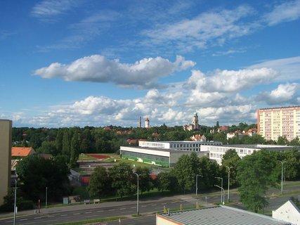 FOTKA - V dáli psychiatrická léčebna v Bohnicích a kostel sv. Václava