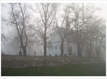 FOTKA - Hřbitov v ranní mlze