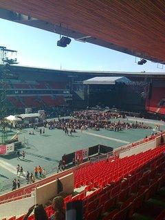 FOTKA - Pomalu se začíná plnit stadion