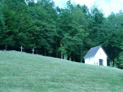 FOTKA - Na kopečku kaple se hřbitovem