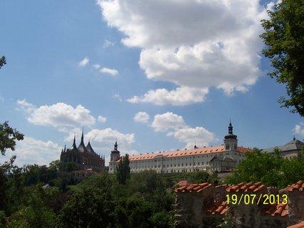 FOTKA - Pohled  z parku na Chrám sv.Barbory a na Jezuitskou kolej