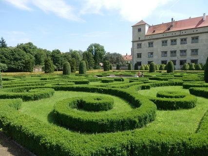 FOTKA - sestříhané keře v zahradě u zámku v Bučovicích