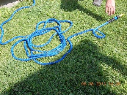 FOTKA - 6.8 + 7.8. - 9 - novinka, už se hadice plní vodou a kroutí se jako hádě