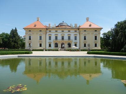 FOTKA - u zámku ve Slavkově u Brna, který byl v roce 2008 zařazen mezi národní kulturní památky