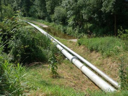 FOTKA - ropovod na břehu řeky Moravy u Hodonína - a koukněte na článek zde: http://www.chytrazena.cz/prihoda-z-obilneho-lanu-24249.html