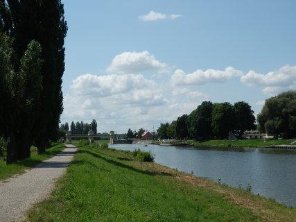 FOTKA - cyklotoulání po břehu řeky Moravy.....před námi Hodonín