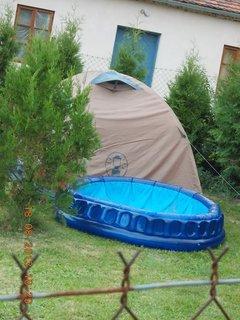 FOTKA - 18. srpna - 23 -u souseda zbyl jeden stan po oslavě
