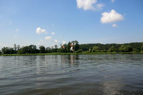 FOTKA - Na levém břehu se objevuje  kostel Sv.Kateřiny