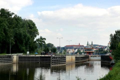 FOTKA - Plavební komory s věžemi města