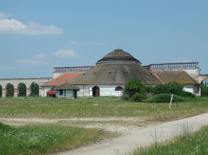 FOTKA - Nov� dv�r se nach�z� asi 3 km ji�n� od Lednice nedaleko Prost�edn�ho a Ml�nsk�ho rybn�ka