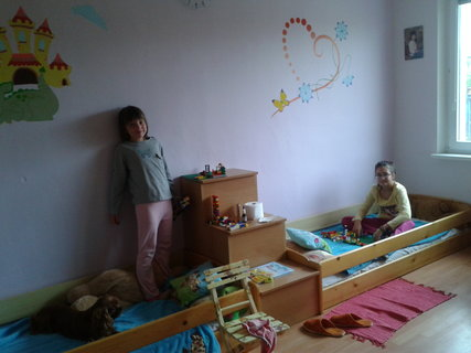 FOTKA - vnučky v detskej izbe -novo vymaľovanej