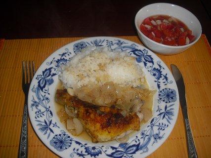 FOTKA - kuře pečené s jablky, rýže a rajčatový salát