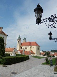 FOTKA - Valtice, pohled na kostel ze zámeckého nádvoří