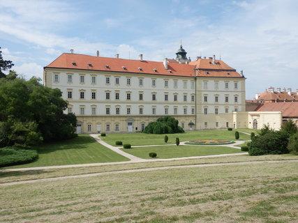 FOTKA - Valtice,  pohled na zámek ze zámeckého parku