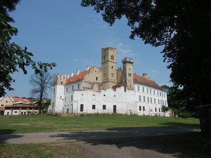 FOTKA - B�eclav - z�mek neboli ruina nat�en� na b�lo
