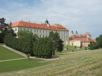 FOTKA - Valtický zámek - pohled z rozsáhlého parku
