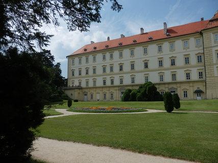 FOTKA - Valtický zámek - pohled z  parku