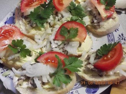 FOTKA - 31.8-2.9. - 3 - chlebíčky s olejovkama a cibulkou