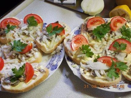 FOTKA - 31.8-2.9. - 4 - chlebíčky s olejovkama a cibulkou