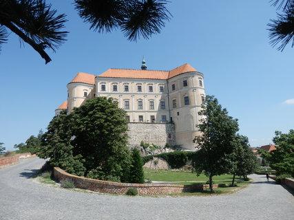 FOTKA - zámek v Mikulově, v letním dni a skoro bez lidí !