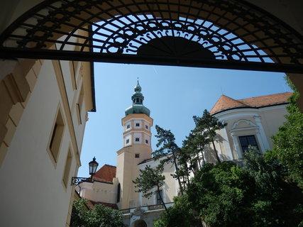 FOTKA - zámek v Mikulově, stejný záběr jako při návštěvě před několika lety, ale za tu dobu přibyla ozdobná mříž