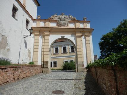 FOTKA - brána s  erby W. X. Ditrichsteina a jeho ženy K. M. Pruskovské - Mikulov -