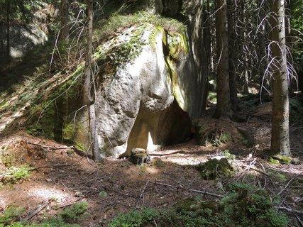 FOTKA - Skála s jeskyňkou