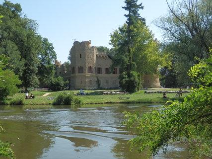 FOTKA - Janohrad (Janův hrad) z méně obvyklého pohledu přes Starou Dyji, právě projela loď vyhlídkové plavby :-)