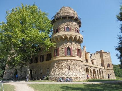 FOTKA - oblíbená romantická stavba LVA  i zastávka při cyklotoulání - Janohrad (Janův hrad)