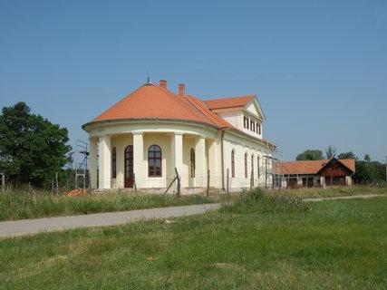 FOTKA - Lánský zámeček v oboře Soutok jižně od Pohanska nedaleko česko-rakouských hranic. Kvůli poloze se sem do roku 1989 nesmělo.