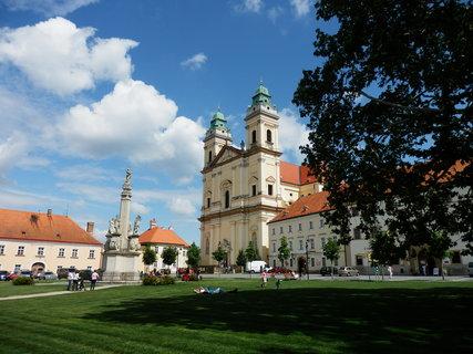 FOTKA - náměstí ve Valticích s kostelem Nanebevzetí Panny Marie