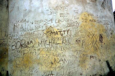 FOTKA - Opravdu je nutné takhle se podepsat na zeď?