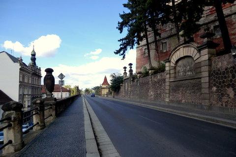 FOTKA - Z náměstí se vjíždí na most přes Labe