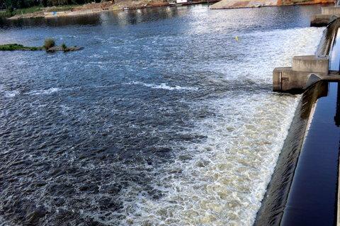FOTKA - Pohled z mostu po proudu - na tekoucí vodu se dobře kouká