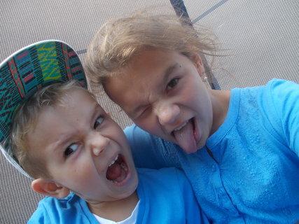 FOTKA - já s bráškou na trampolíně