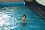Péťa v bazénu,