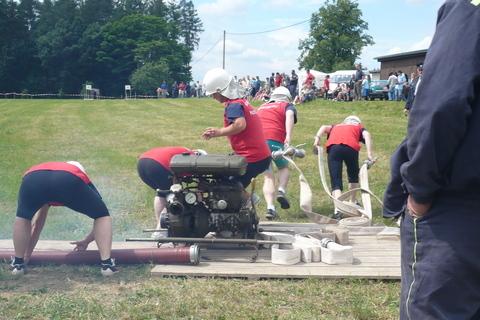FOTKA - hasičská soutěž-Žernov  28.6.08-naše družstvo ženy-útok