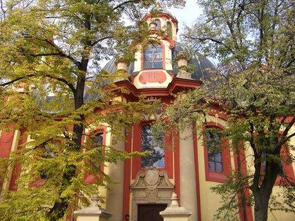 FOTKA - 10.10.2013, kostel Sv. Jakuba v Kunraticích za podzimními stromy