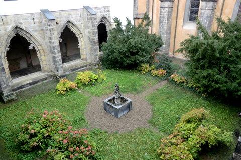 FOTKA - Rajský dvůr v kostele (klášter)