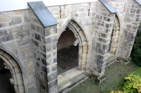 FOTKA - Gotická okna do rajské zahrady, zbytky výzdoby oken