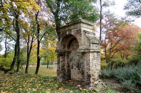 FOTKA - V parku - pozůstatek starého hřbitova
