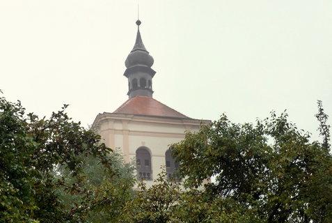 FOTKA - Zvonice v ranní mlze