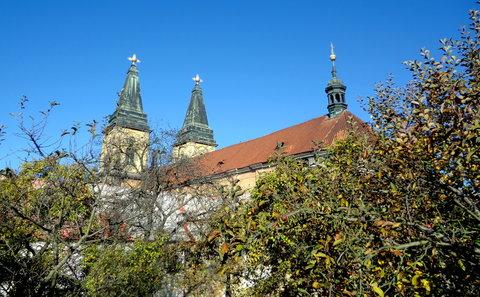 FOTKA - Pohled na kostel z klášterní zahrady