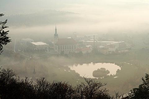 FOTKA - Přesunutý kostel v mlze