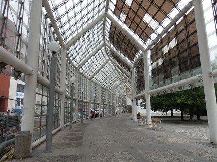 FOTKA - kolonáda na Mírovém náměstí v Teplicích,  založená na kontrastu skla a robustních ocelových sloupů