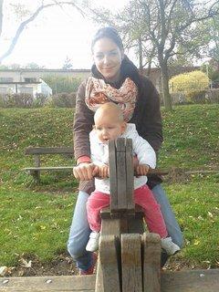FOTKA - 21.10. - 24 - mami, posíláme ti pozdrav s Terezkou a malou Natálkou z procházky v Berouně