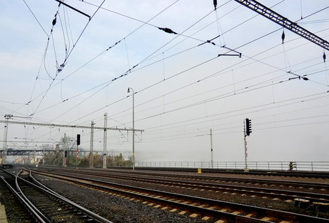 FOTKA - Koleje na nádraží a most, který se ztratil v mlze